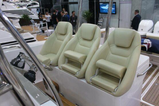 Raptor 375 Solarium Helm Seats