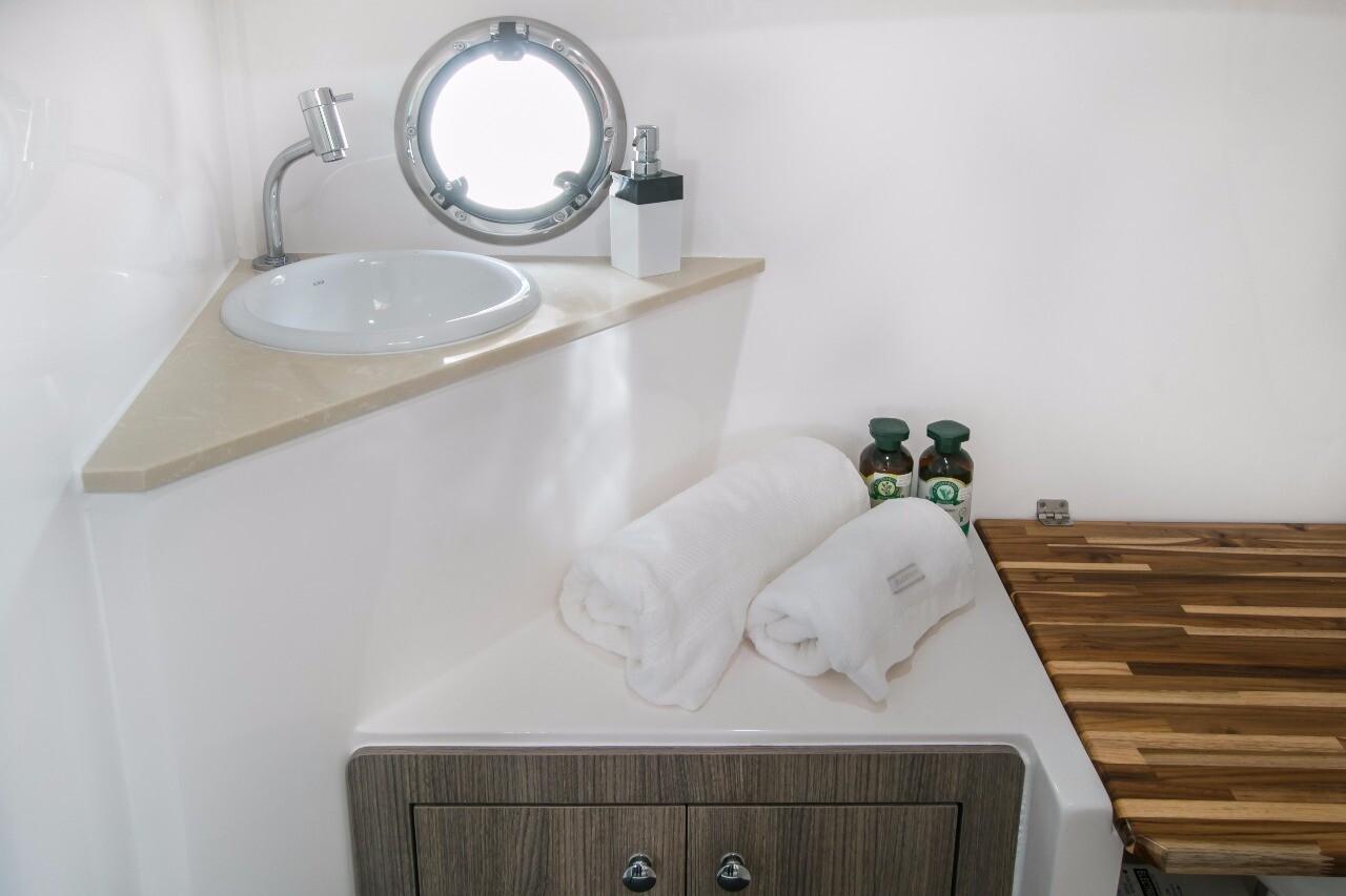 Armatti 340 Cabrio Bathroom 2