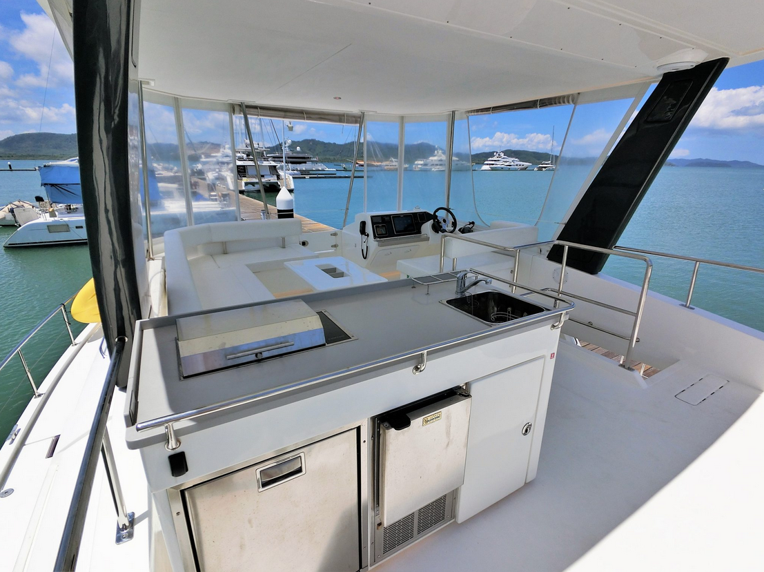 Leopard 43 Power Catamaran Fly Bridge Bar